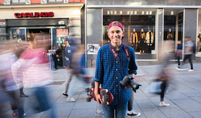 Elev med kamera i byen. Foto.