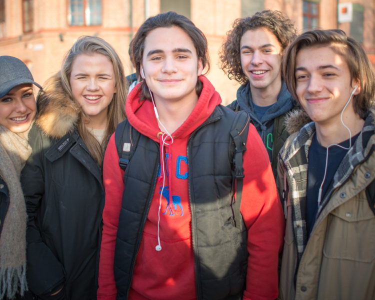Elever utenfor Akademiet Ypsilon. Foto.