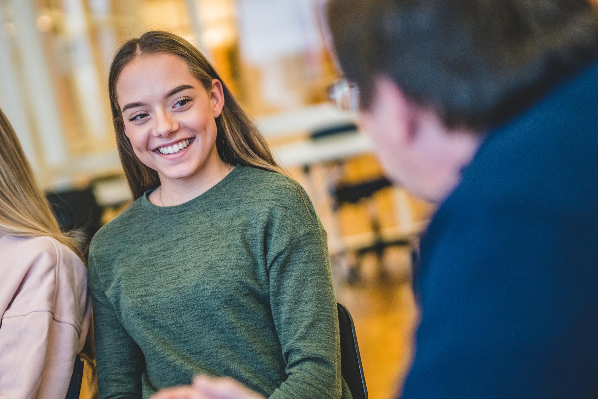 elev får hjelp av lærer
