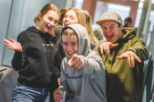 Gjeng med elever i heisen. foto.