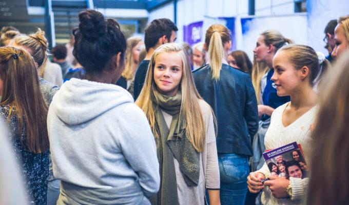 Fornøyde elever på Akademiet VGS Drammen. Foto.
