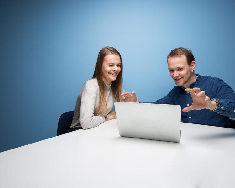 Elev arbeider sammen med mentor. Foto.