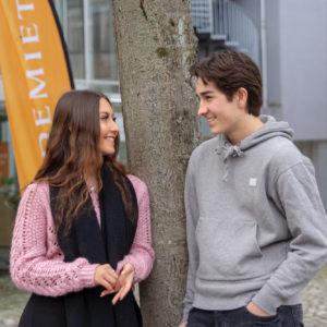 To elever utenfor Akademiet Bergen VGS. Foto.