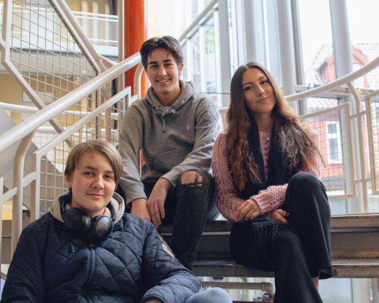 Elever i trappen på Akademiet VGS Bergen. Foto.