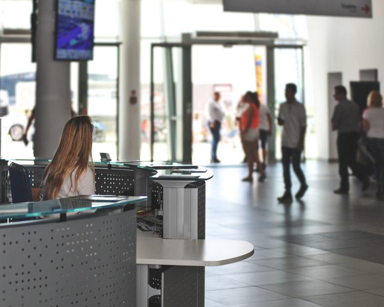 Kvinnelig salgsmedarbeidere i resepsjon. Foto.