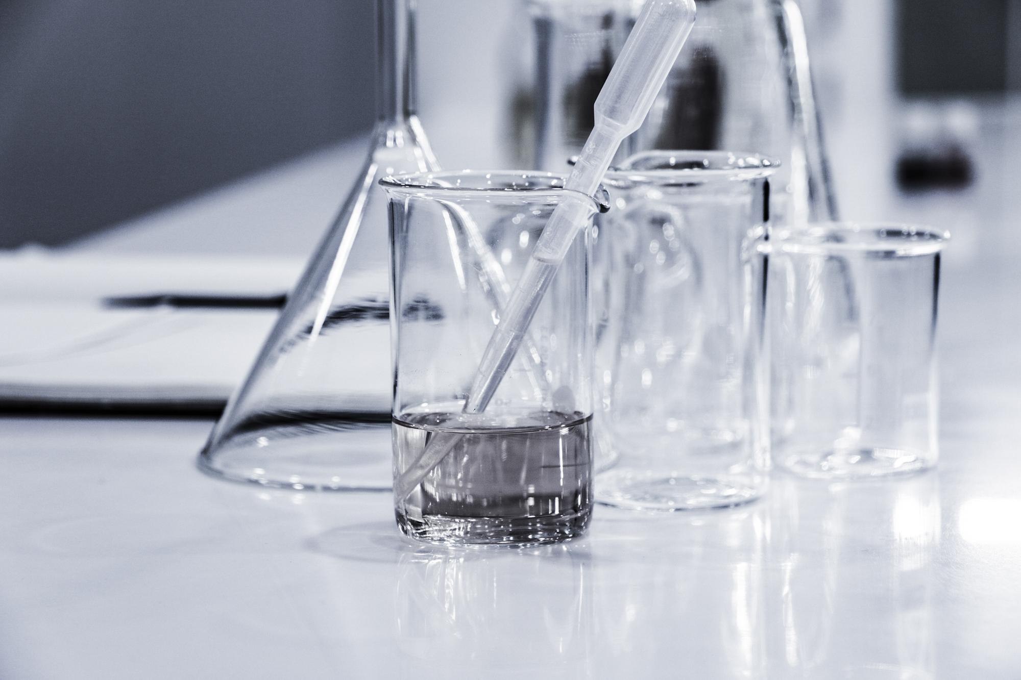 Reagensrør og kjemiutstyr. Foto.