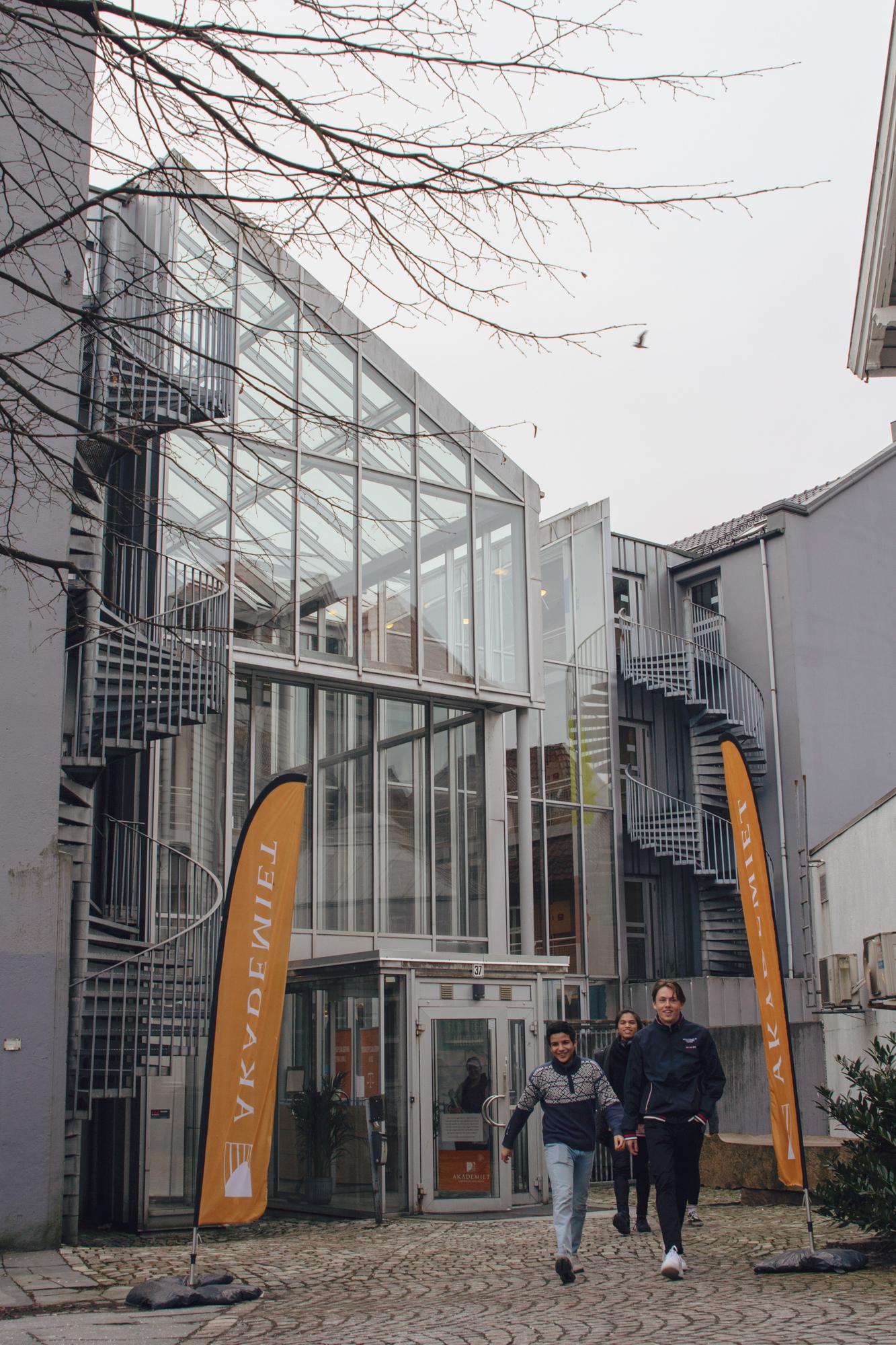 Elever utenfor inngangen til Akademiet VGS Bergen. Foto.