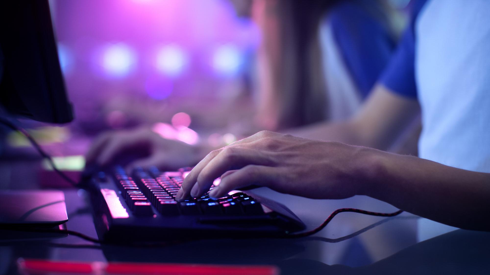 Elev på Toppirdett med E-sport, hånd på tastatur. Foto.