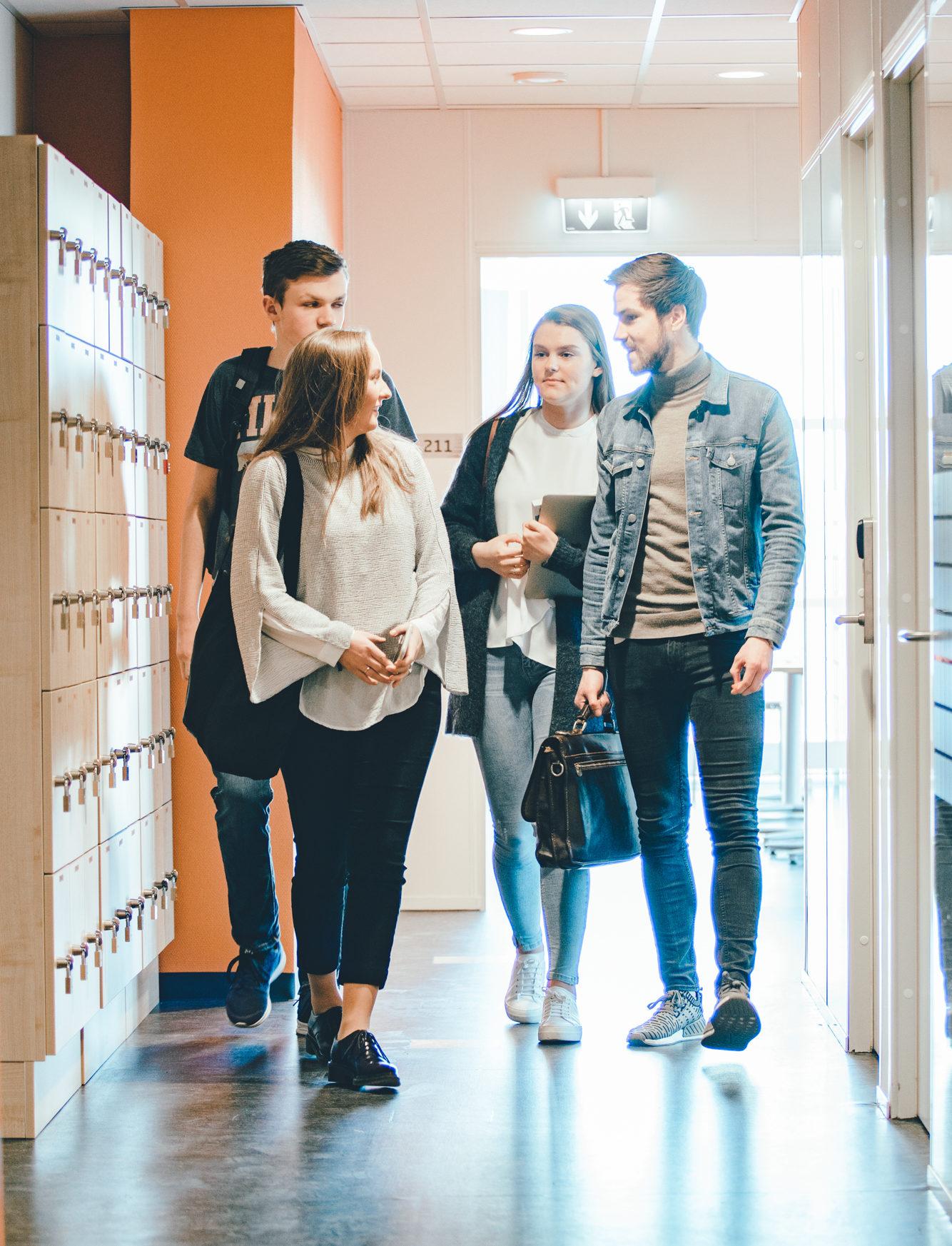 Fire elever som går i skolegangen. Foto.