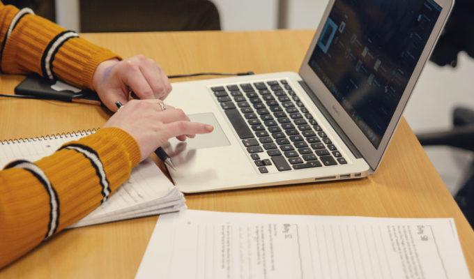 Elev som skriver på Mac. Foto.