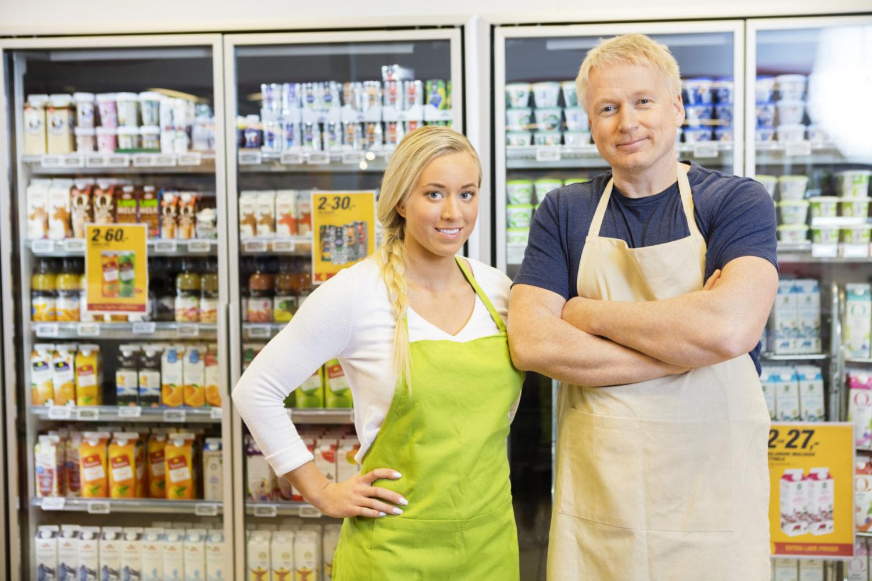 Fagbrev i salgsfaget. Butikkmedarbeidere i dagligvarehandel. Foto.